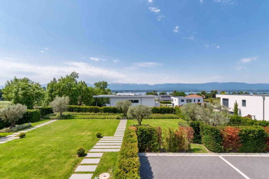 Luxurious villa with view onto the lake and Jura
